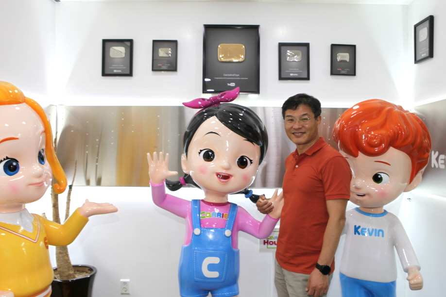 CarrieSoft Co-founder and CEO Park Chang-shin poses with CarrieSoft characters The Korea Herald/Park Ga-young
