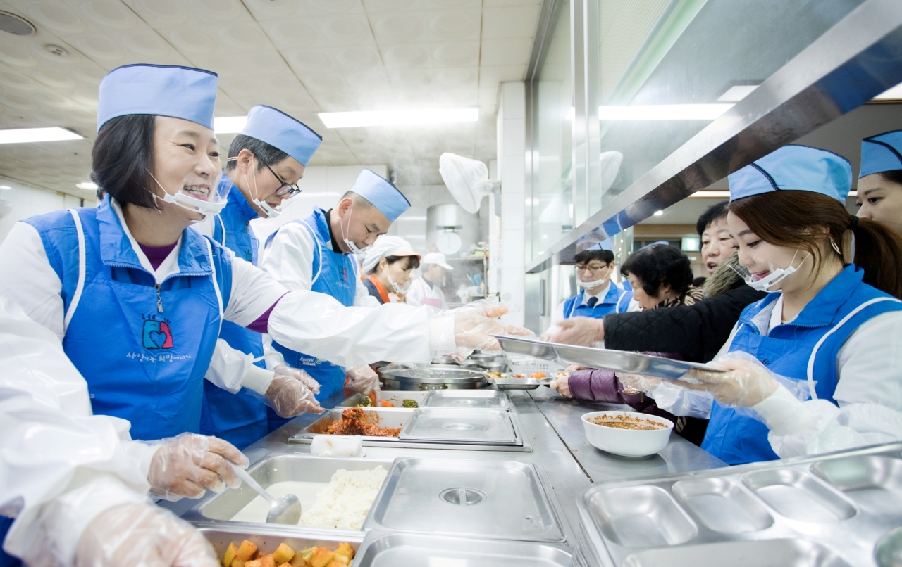 Hyundai Oilbank employees participate in charity work by serving meals at a senior welfare center in Seoul in 2017. (Hyundai Oilbank)