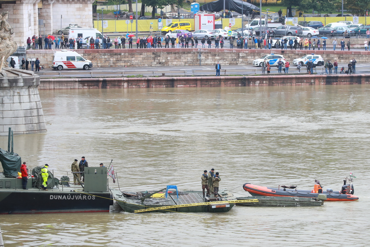 Hungarian officials conduct search operations at the site of the ferry accident on Thursday afternoon, local time. Yonhap