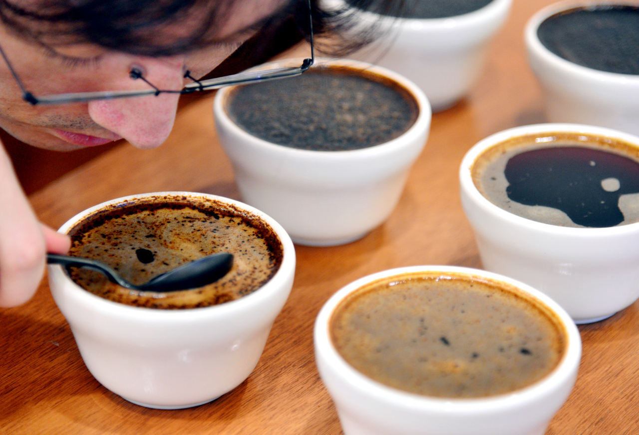 At T.o.ch Coffee's showroom, coffee aficionados and potential clients can cup -- taste -- a variety of single-origin coffee (Photo credit: Park Hyun-koo/The Korea Herald)