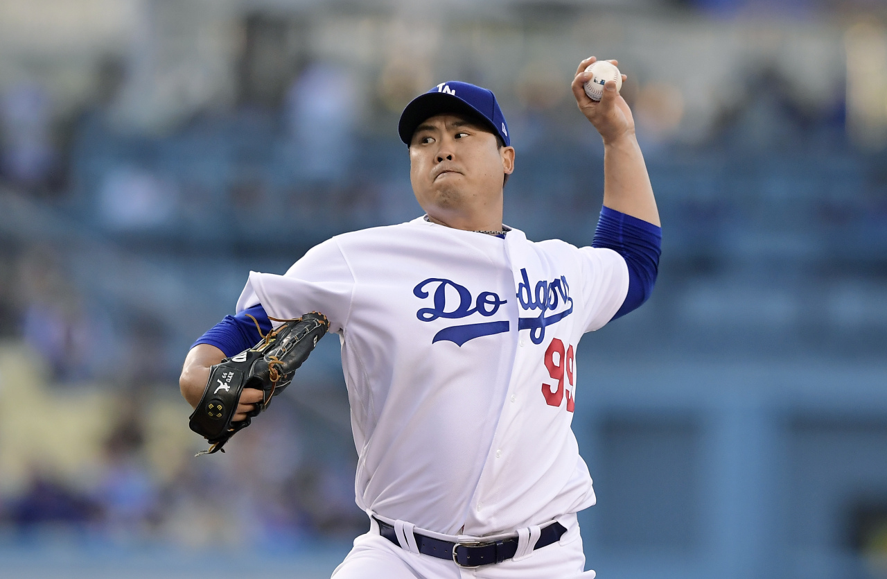 Los Angeles Dodgers starting pitcher Hyun-Jin Ryu, of South Korea, throws during the first inning of the team`s baseball game against the New York Mets on Thursday, May 30, 2019, in Los Angeles. (AP-Yonhap)