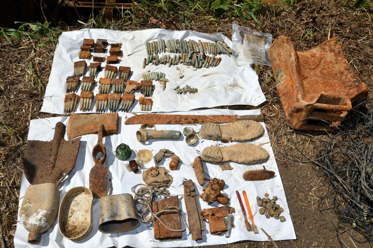 Items that belonged to soldiers killed in combat during the 1950-53 Korean War are excavated at Arrowhead Ridge in the border town of Cheorwon, Gangwon Province, in the Demilitarized Zone on Tuesday. (Yonhap)