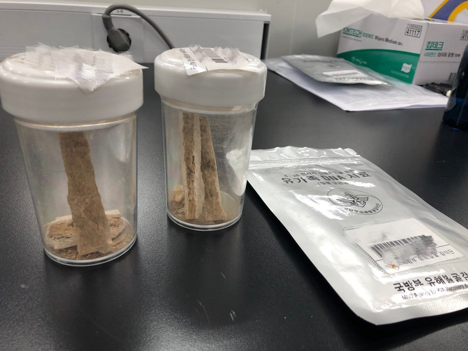 Bone samples from war remains and a mouth swab of a bereaved family member are placed on a table at the Criminal Investigation Command at the Defense Ministry in Seoul on Wednesday. (Jo He-rim/The Korea Herald)