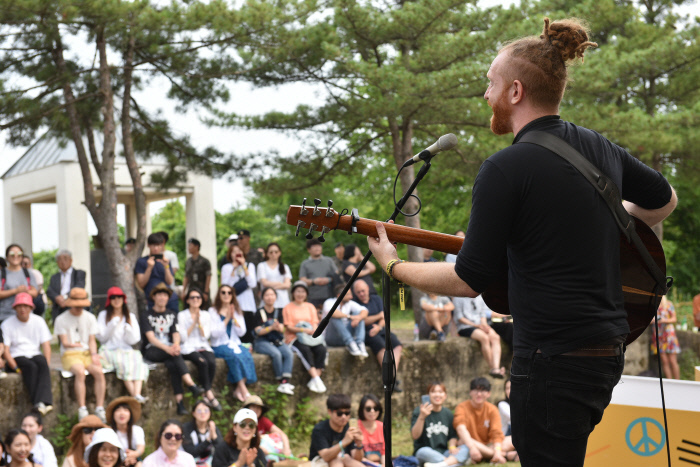 British singer-songwriter Newton Faulkner sings at Woljeong-ri Station during the 2018 DMZ Peace Train Music Festival. (Peace Train)