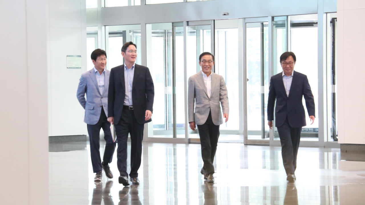 Samsung heir Lee Jae-yong (second from left) walks into the semicondcutor headquarters of Samsung Electronics in Hwaseong, Gyeonggi Province, on Saturday. (Samsung Electronics)