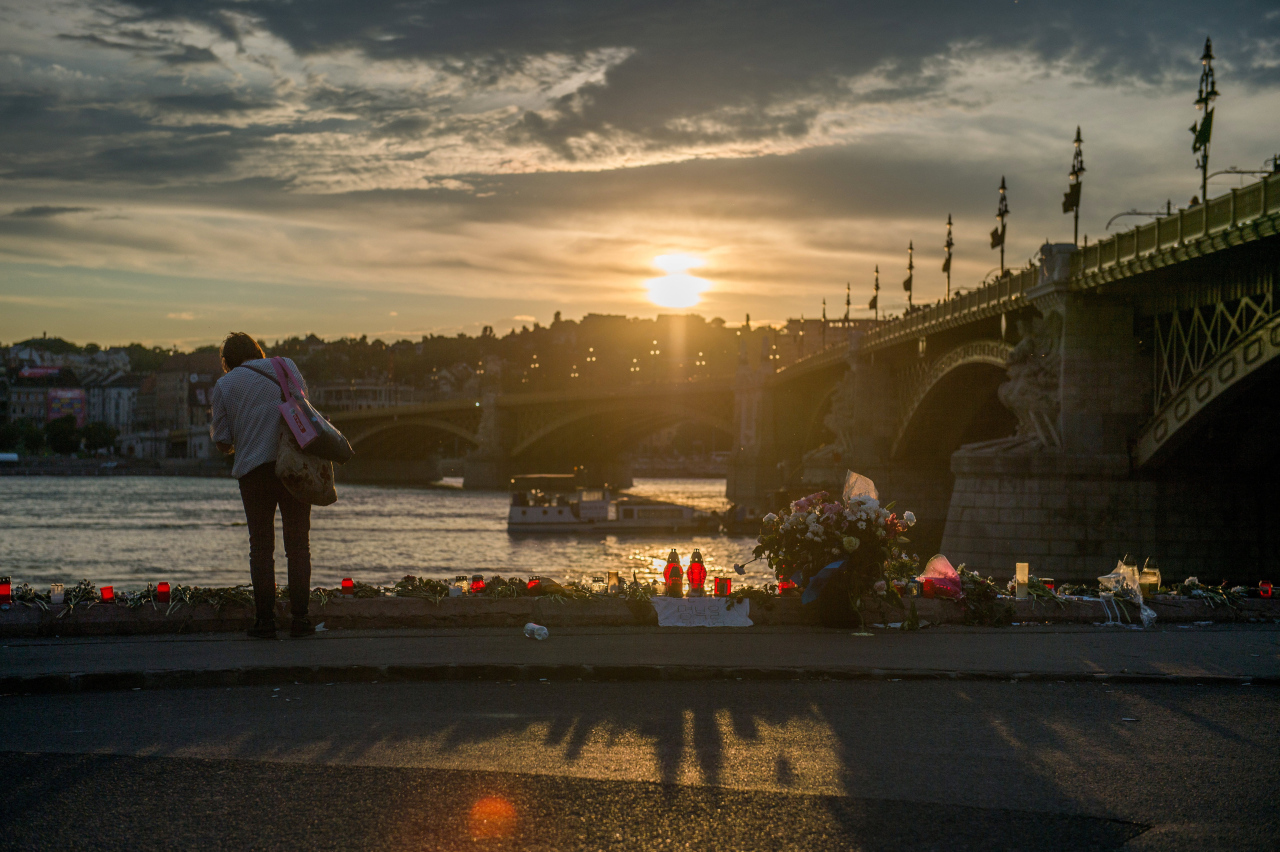 People pay tribute to the victims of the sunken boat on the riverbank, next to Margaret Bridge, the scene of the accident, in Budapest, Hungary, 03 June 2019. (EPA-Yonhap)