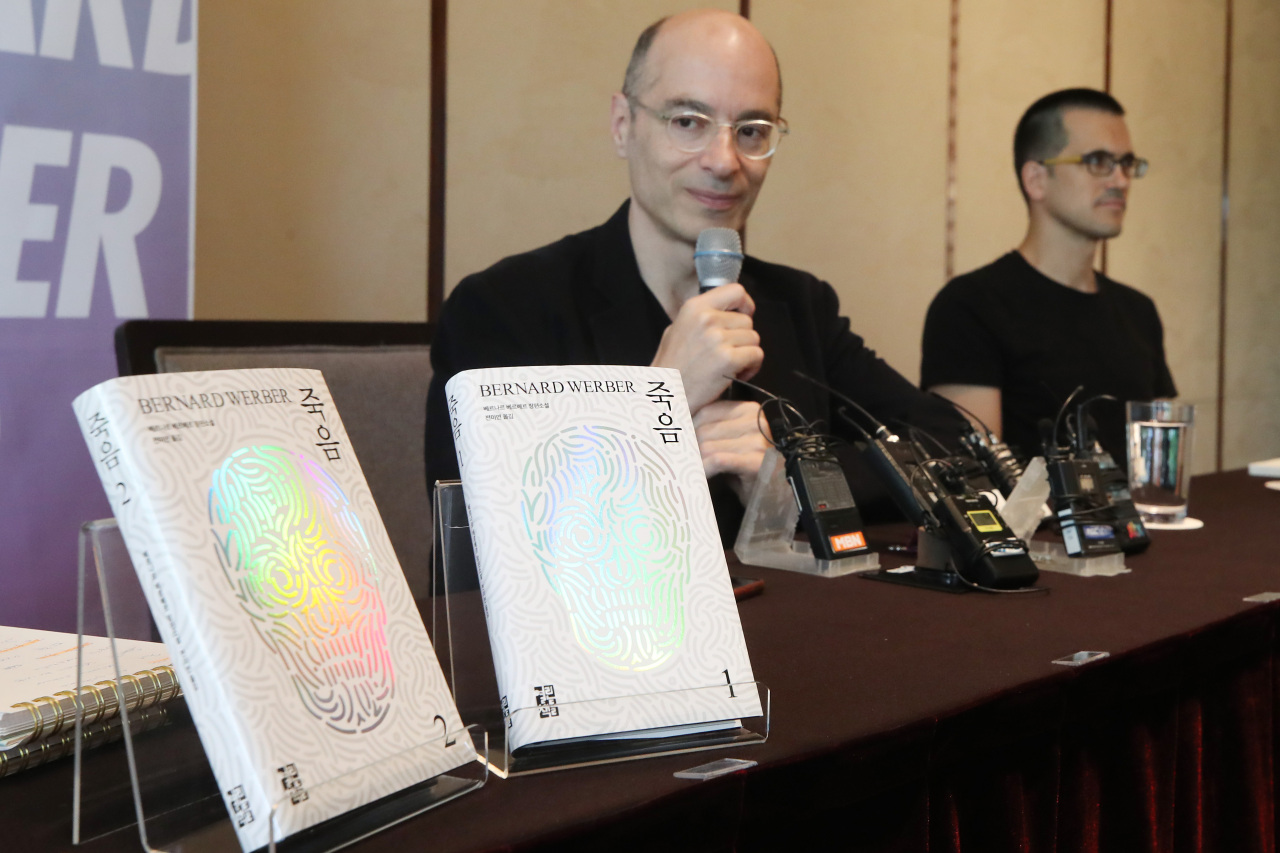 Novelist Bernard Werber speaks at a press conference Wednesday at the Westin Chosun Seoul. (Yonhap)