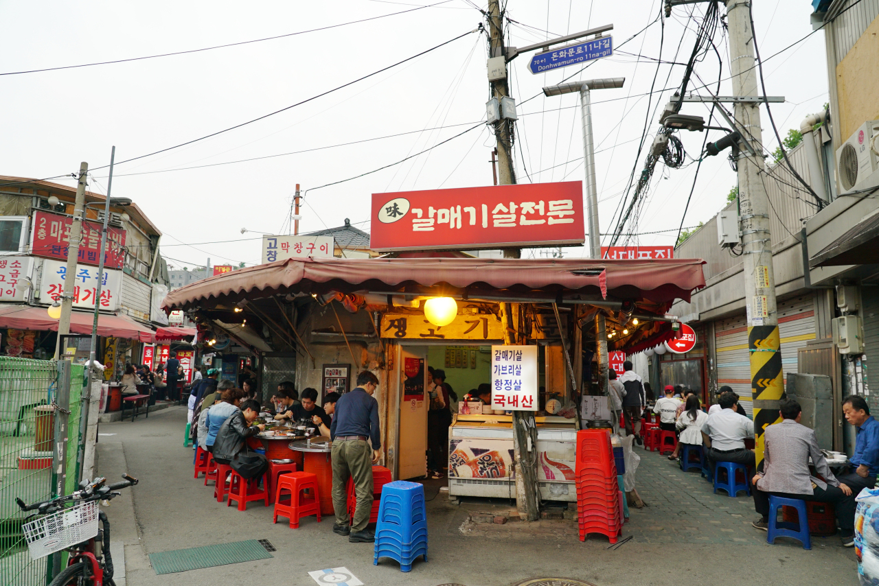 A back alley in Donui-dong, central Seoul, is home to a cluster of 11 restaurants serving grilled skirt steak. (Lee Sun-hye/The Korea Herald)