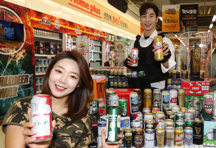Employees promote imported beer at a local market in Seoul. (Yonhap)
