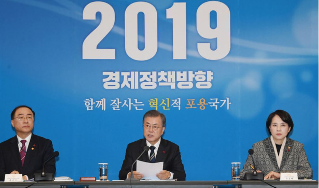 President Moon Jae-in unveils his 2019 policy direction during a meeting of economy-related ministers on Dec. 17, 2018. The participants included two deputy prime ministers, Hong Nam-ki (left) and Yoo Eun-hae (right). (Press corps at Cheong Wa Dae)