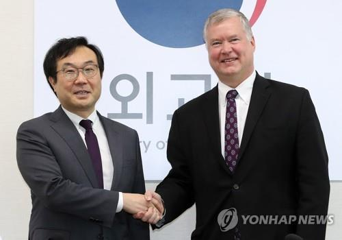 Lee Do-hoon (left), Seoul's special representative for Korean Peninsula peace and security affairs, meets with US Special Representative for North Korea Stephen Biegun in Seoul on May 10, 2019. (Yonhap)