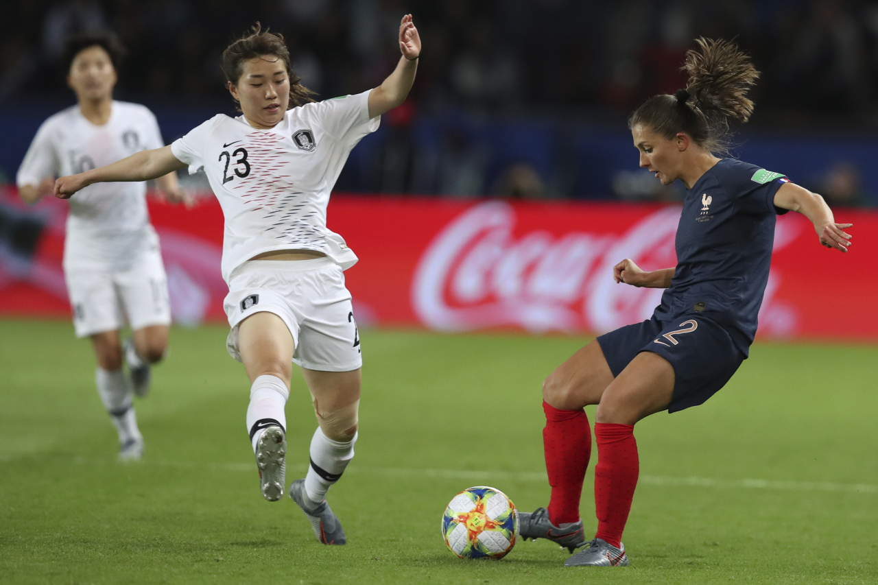 South Korea's Kang Chae-rim (left) and France's Eve Perisset vie for the ball during the Group A soccer match between France and South Korea on the occasion of the Women's World Cup at the Parc des Princes in Paris, Friday. (AP-Yonhap)