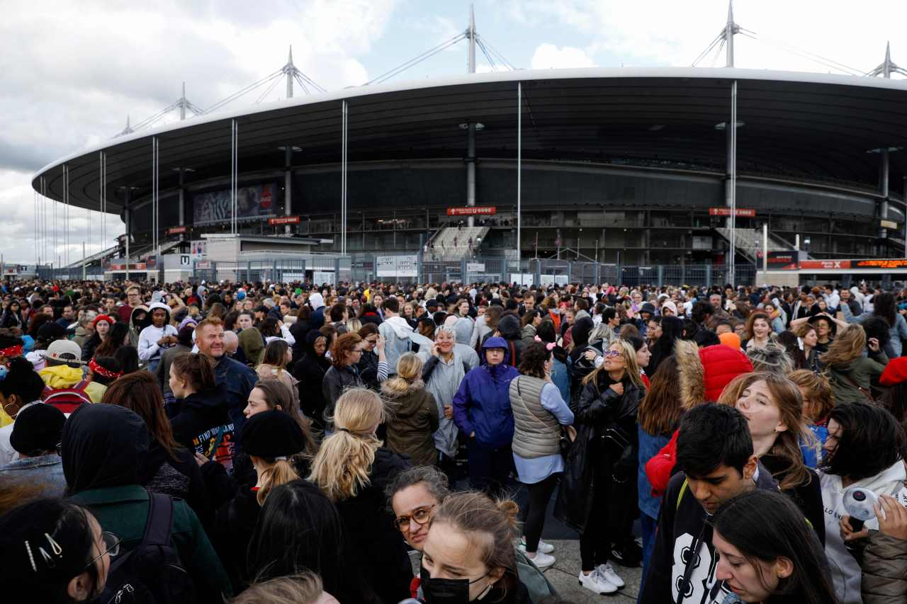 This photo shows fans waiting for a BTS concert at Stade de France in Saint Denis, north of Paris on June 8, 2019. (Yonhap)