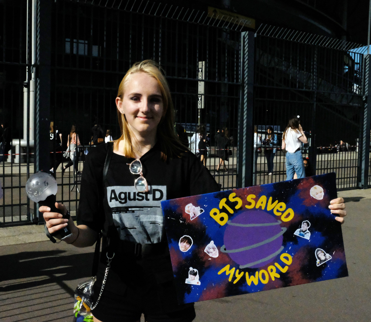 This photo shows a 17-year-old Swiss girl, Emma, who traveled to Paris from her hometown Lausanne to watch a BTS concert at Stade de France in Saint Denis, north of Paris, on June 8, 2019. (Yonhap)