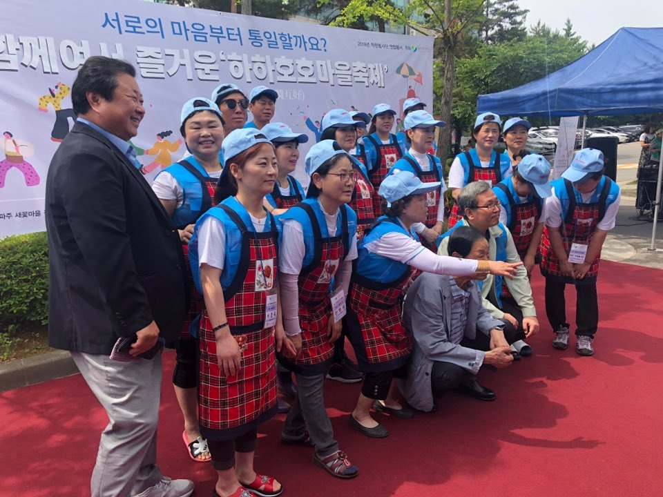 North Korean defector volunteers pose before a festival begins in Paju, Gyeonggi Province, Saturday. (Jo He-rim/The Korea Herald)