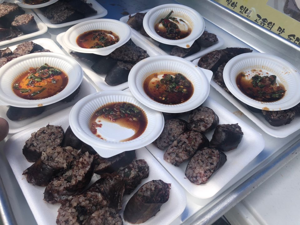 Plates of North Korean-style sundae, or blood sausage. (Jo He-rim/The Korea Herald)