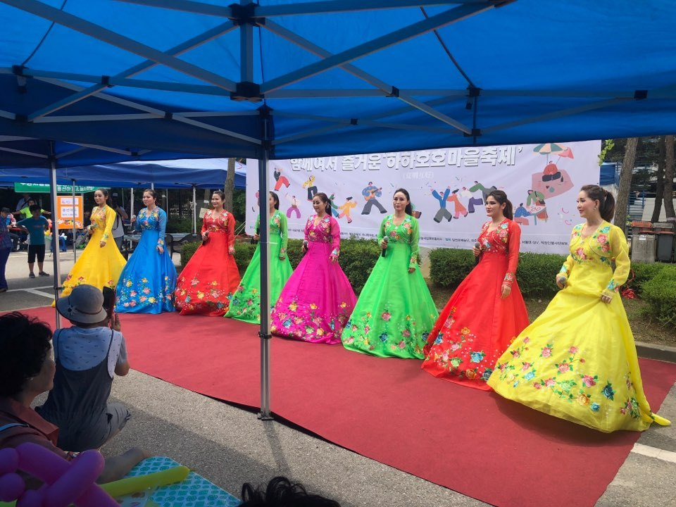 "North Korean defectors from the Imjin River Arts Center sing ""Bangapseupnida (Nice to Meet You),"" a North Korean song well-known in the two Koreas, in Paju, Gyeonggi Province, Saturday. (Jo He-rim/The Korea Herald)"