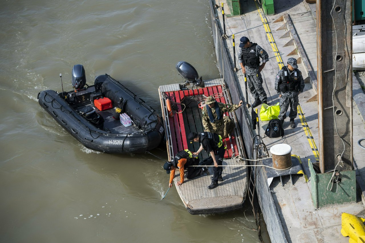 Preparations are made to retrieve the sunk shipwreck at Margaret Bridge, the s cene of the deadly boat accident in Budapest, Hungary, Sunday, June 9, 2019. (AP-Yonhap)