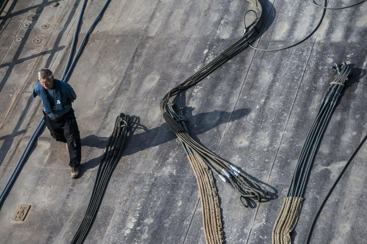 Wire ropes are prepared to lift the sunk shipwreck at Margaret Bridge, the scene of the deadly boat accident in Budapest, Hungary, Sunday, June 9, 2019. (AP-Yonhap)
