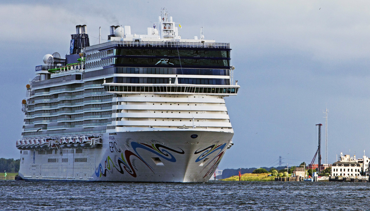 Norwegian Epic cruiser arrives in the harbour of Rotterdam, The Netherlands, 19 June 2010. (EPA-Yonhap)