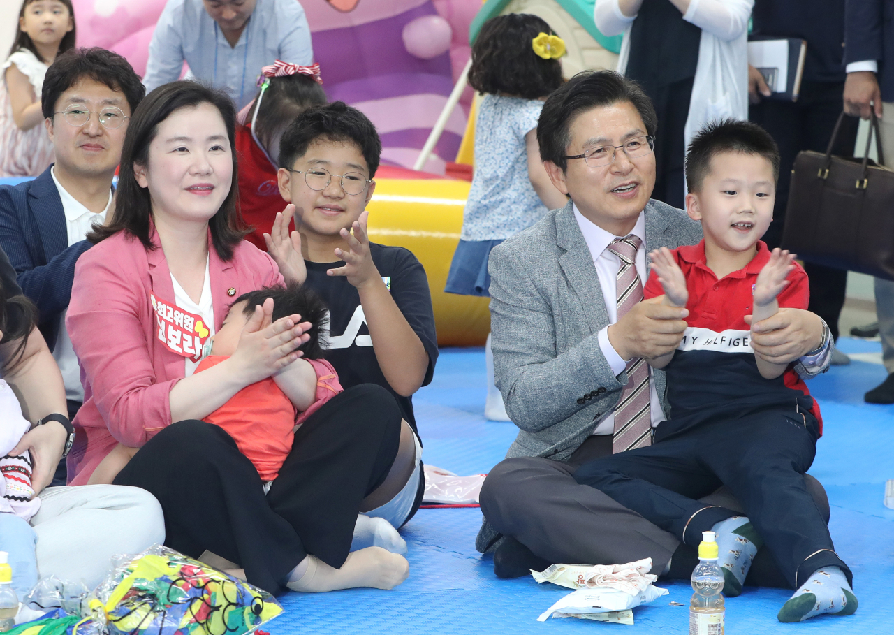 Liberty Korea Party leader Hwang Kyo-ahn (right) attends an event hosted by the party for young couples on June 9 at its headquarters in Yeouido, western Seoul. (Yonhap)