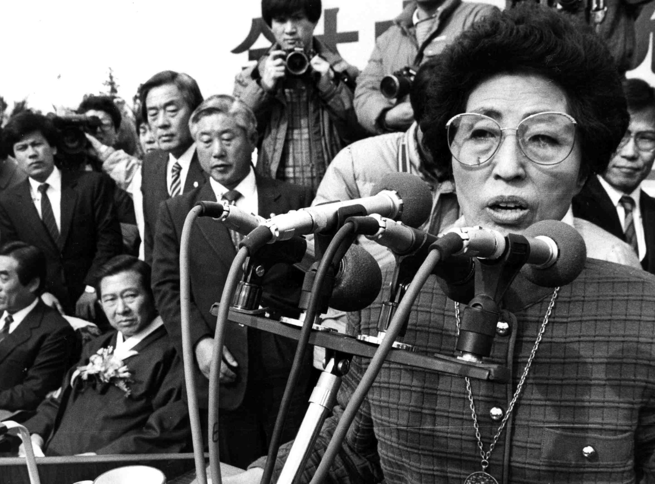 A photograph dated December 1987 shows Lee Hee-ho giving a speech at a at campaign rally for late President Kim Dae-jung in Jeju. Yonhap