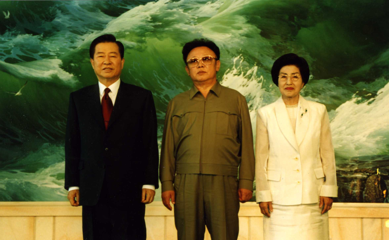 Former South Korean president Kim Dae-jung (left) poses with late North Korean leader Kim Jung-il (center) and his wife Lee Hee-ho on his arrival in the North's capital, Pyongyang, June 13, 2000. (Yonhap)