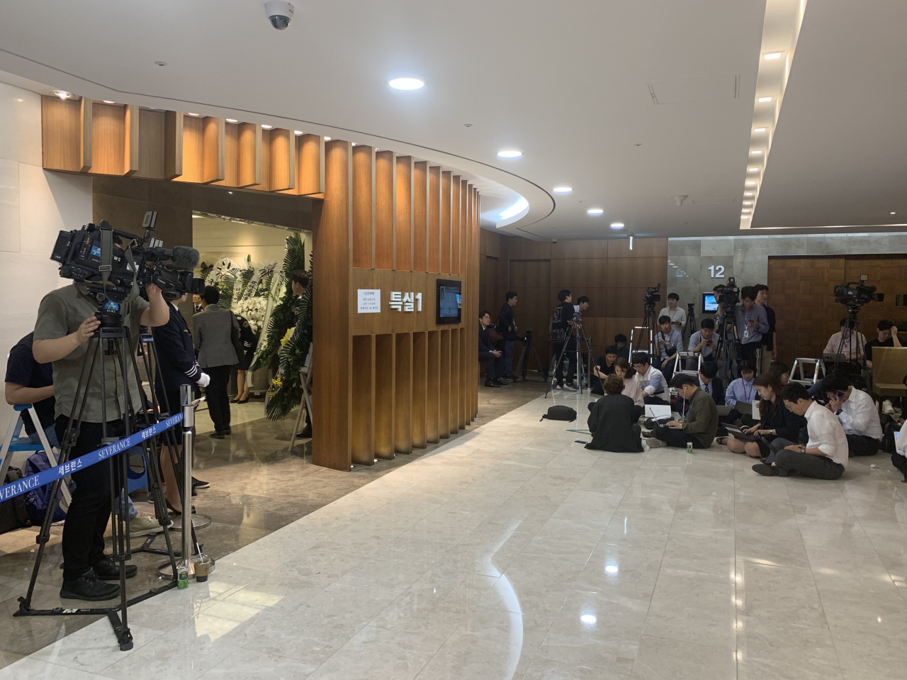 Reporters gather in front of the entrance to the memorial service hall Tuesday. (Kim Arin/The Korea Herald)
