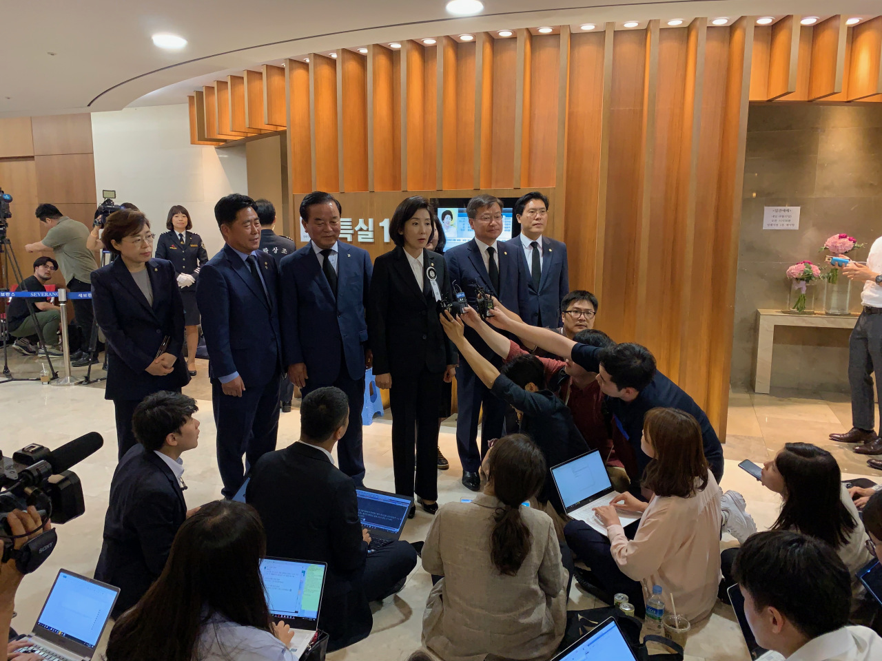 "Liberty Korea Party floor leader Na Kyung-won takes questions from reporters after paying her tribute to the late first lady Tuesday evening. ""First Lady Lee Hee-ho's life resonates deeply with the people,"" she said. (The Korea Herald/Kim Arin)"