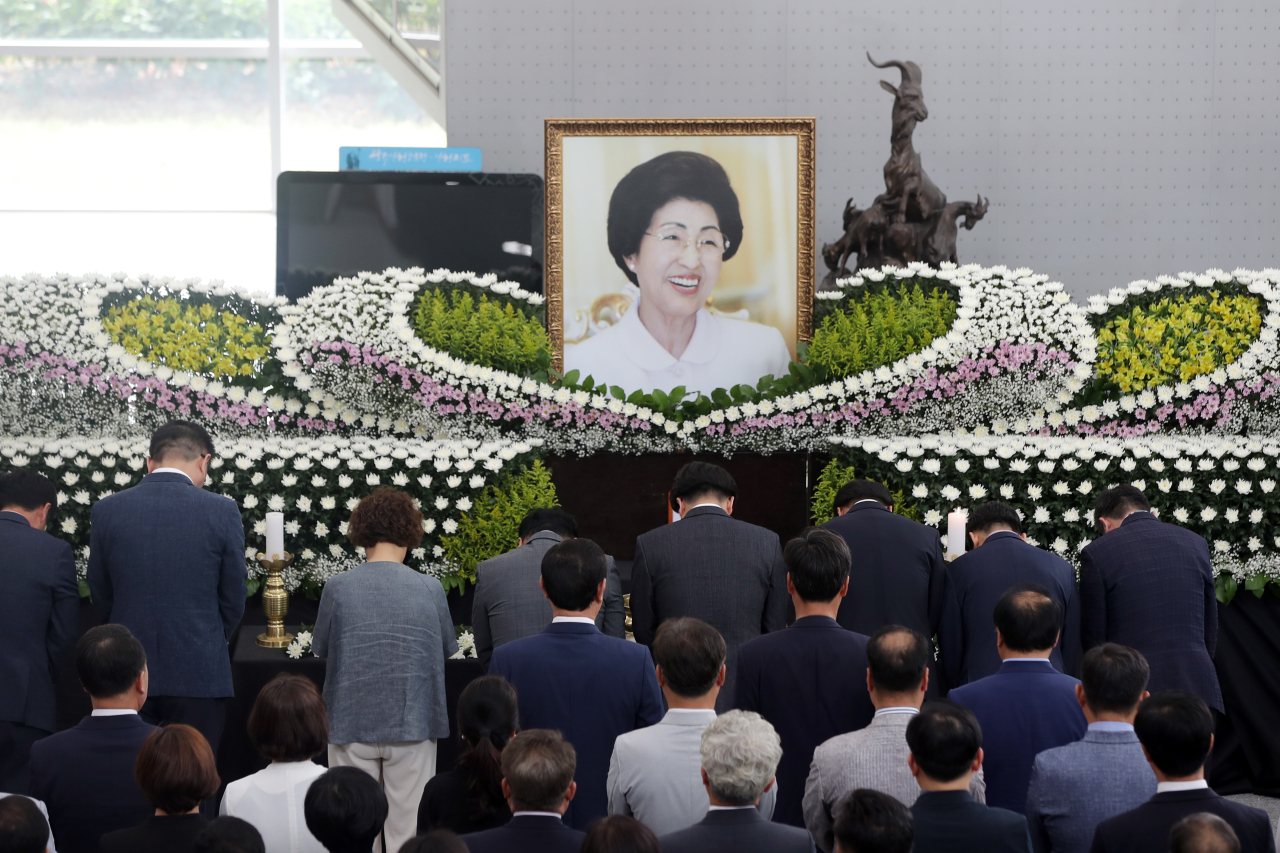 Gwangju councilors and city officials pay tribute to the late first lady Lee Hee-ho at a memorial altar in Gwangju on Tuesday. (Yonhap)