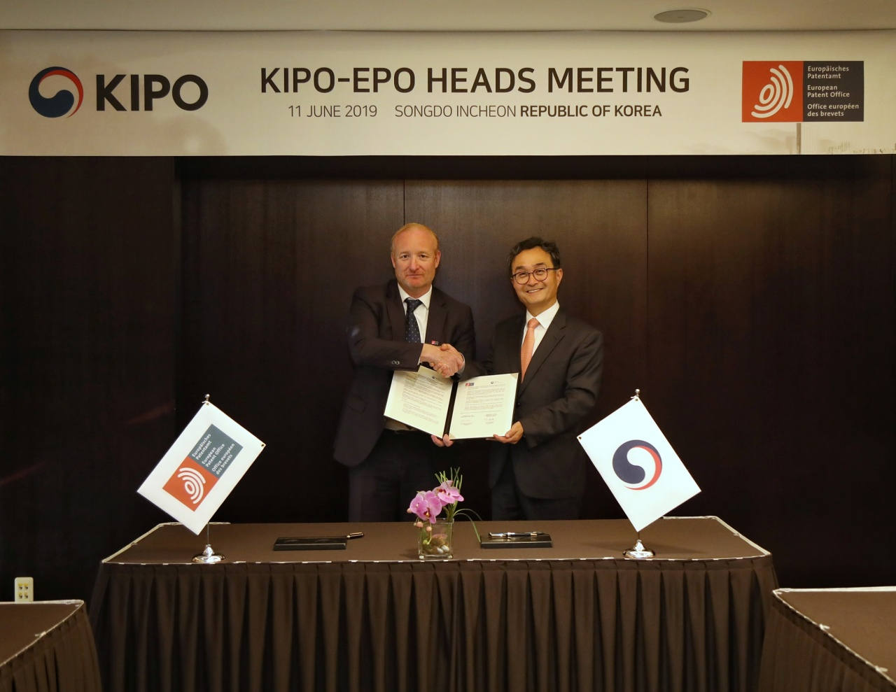 KIPO Commissioner Park (right) and EPO President Antonio Campinos on Tuesday hold a separate bilateral meeting and sign a memorandum of understanding. on information sharing. (KIPO)