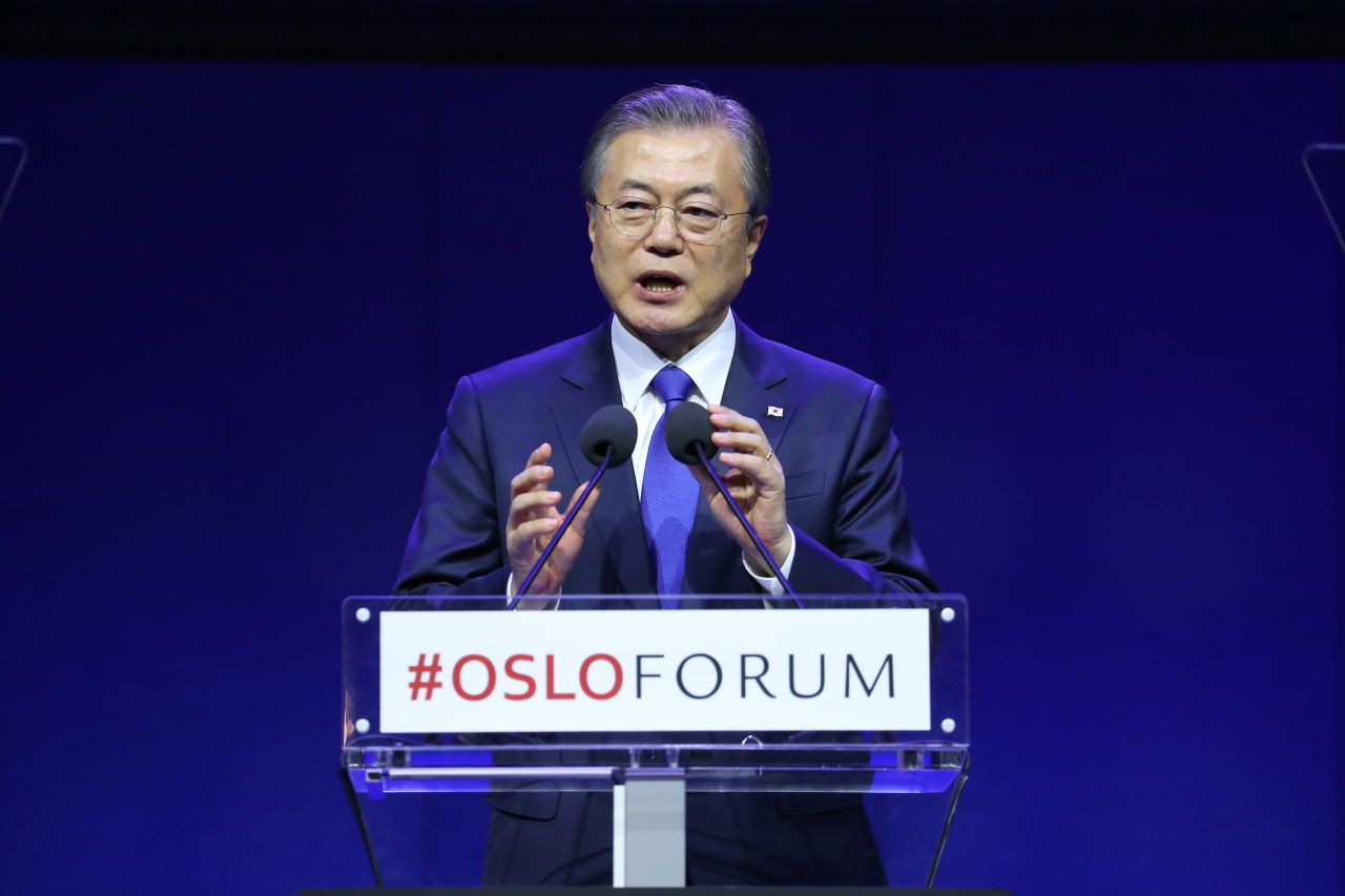 South Korean President Moon Jae-in gives keynote speech at the Oslo Forum in the Norwegian capital on Wednesday. (Yonhap)