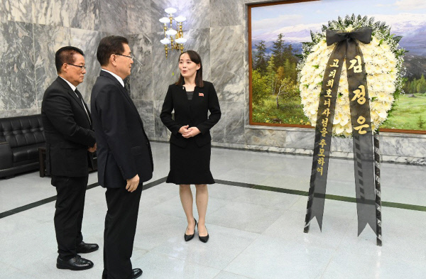 Kim Yo-jong, the younger sister of North Korean leader Kim Jong-un and First Vice Director of Workers' Party of Korea, delivers condolence flowers and a written message in her brother's name, for the funeral of former first lady Lee Hee-ho at the truce village of Panmunjom on Wednesday. (Yonhap)