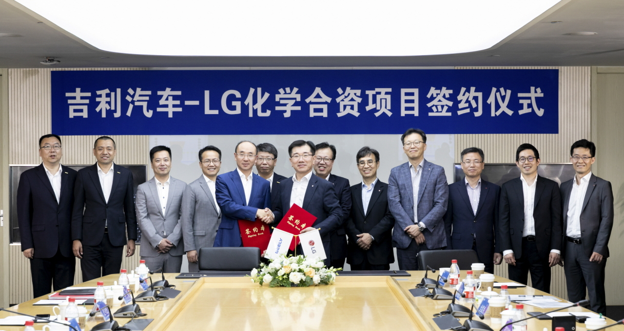 LG Chem's Energy Solutions President Kim Jong-hyun(right) and Geely Vice President Feng Ching Feng pose after signing their partnership at the Chinese firm's research center in Ningbo on Wednesday. (LG Chem)