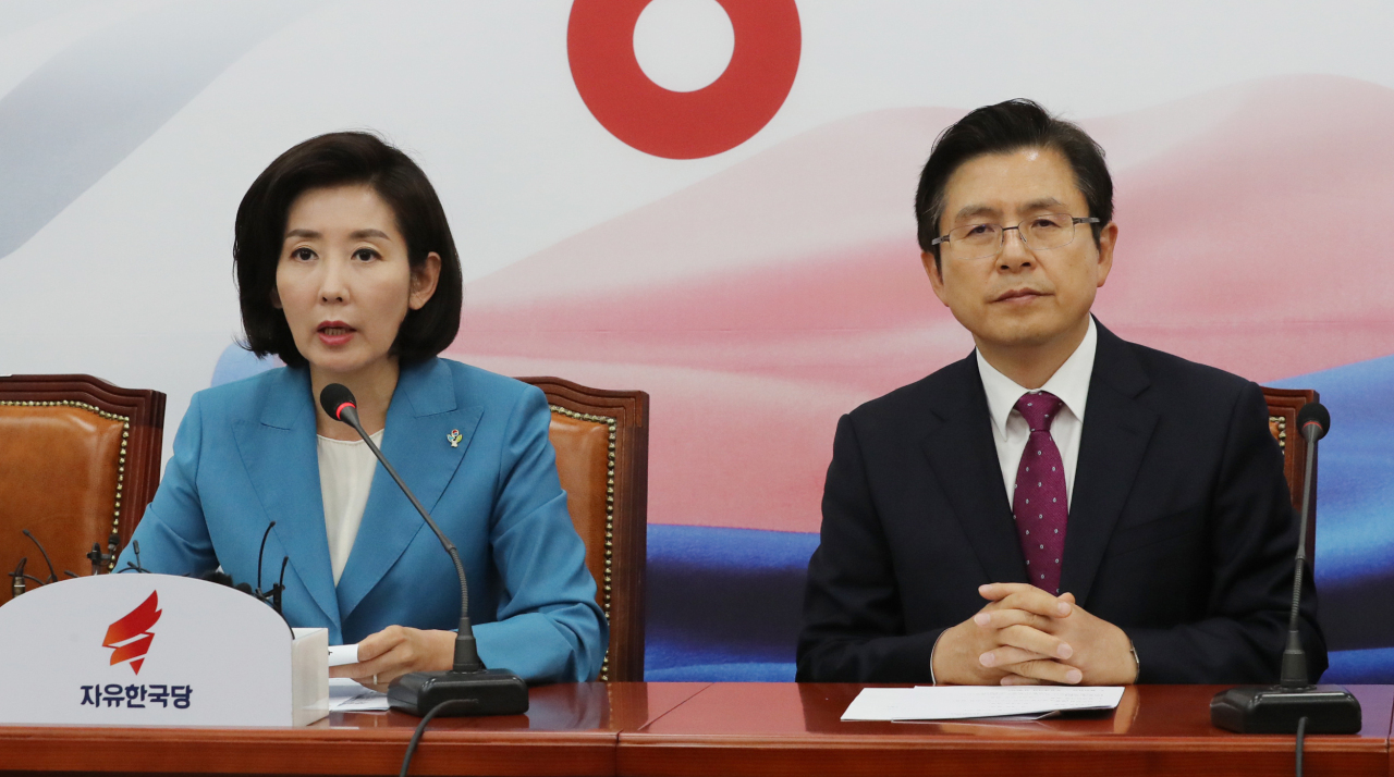 Main opposition Liberty Korea Party floor leader Na Kyung-won (left) speaks at an urgent debate session on the supplementary budget on Thursday. (Yonhap)