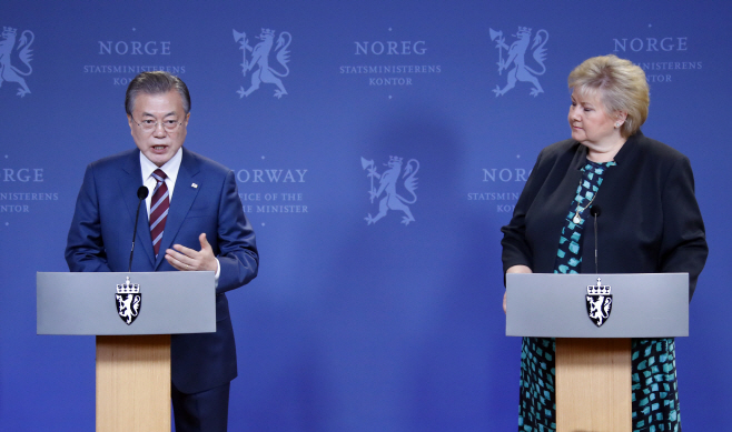 President Moon Jae-in (left) and Norwegian Prime Minister Erna Solberg (Yonhap)