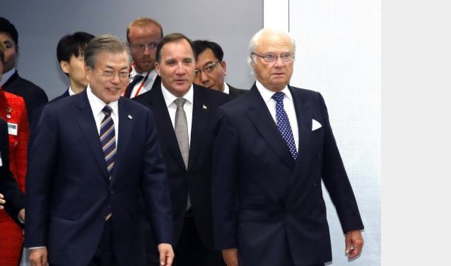 President Moon Jae-in (L) enters the venue for the South Korea-Sweden Business Summit at a downtown hotel in Stockholm on June 14, 2019, along with King Carl XVI Gustaf (R) and Prime Minister Stefan Lofven (C). (Yonhap)