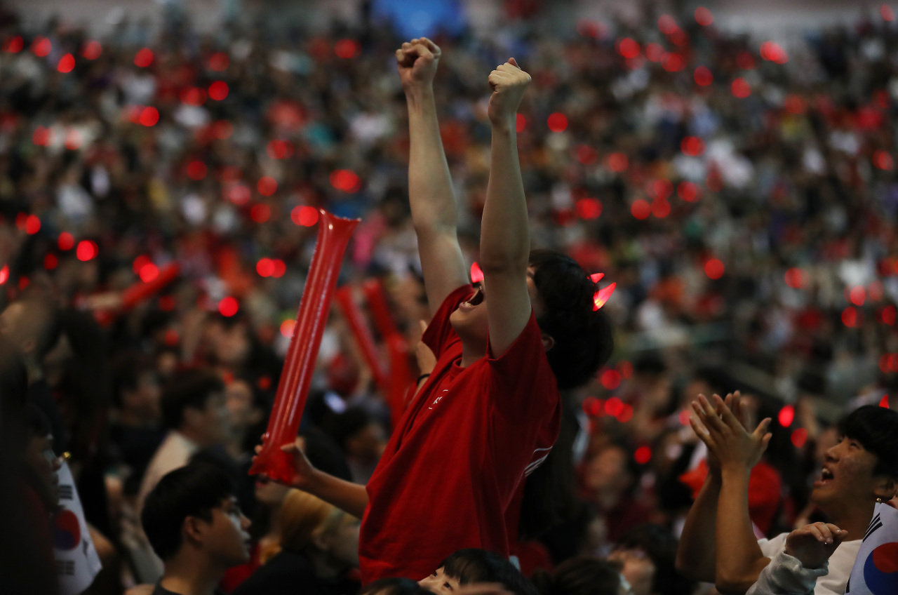 Korean soccer fans cheer from Seoul's World Cup Stadium (Yonhap)