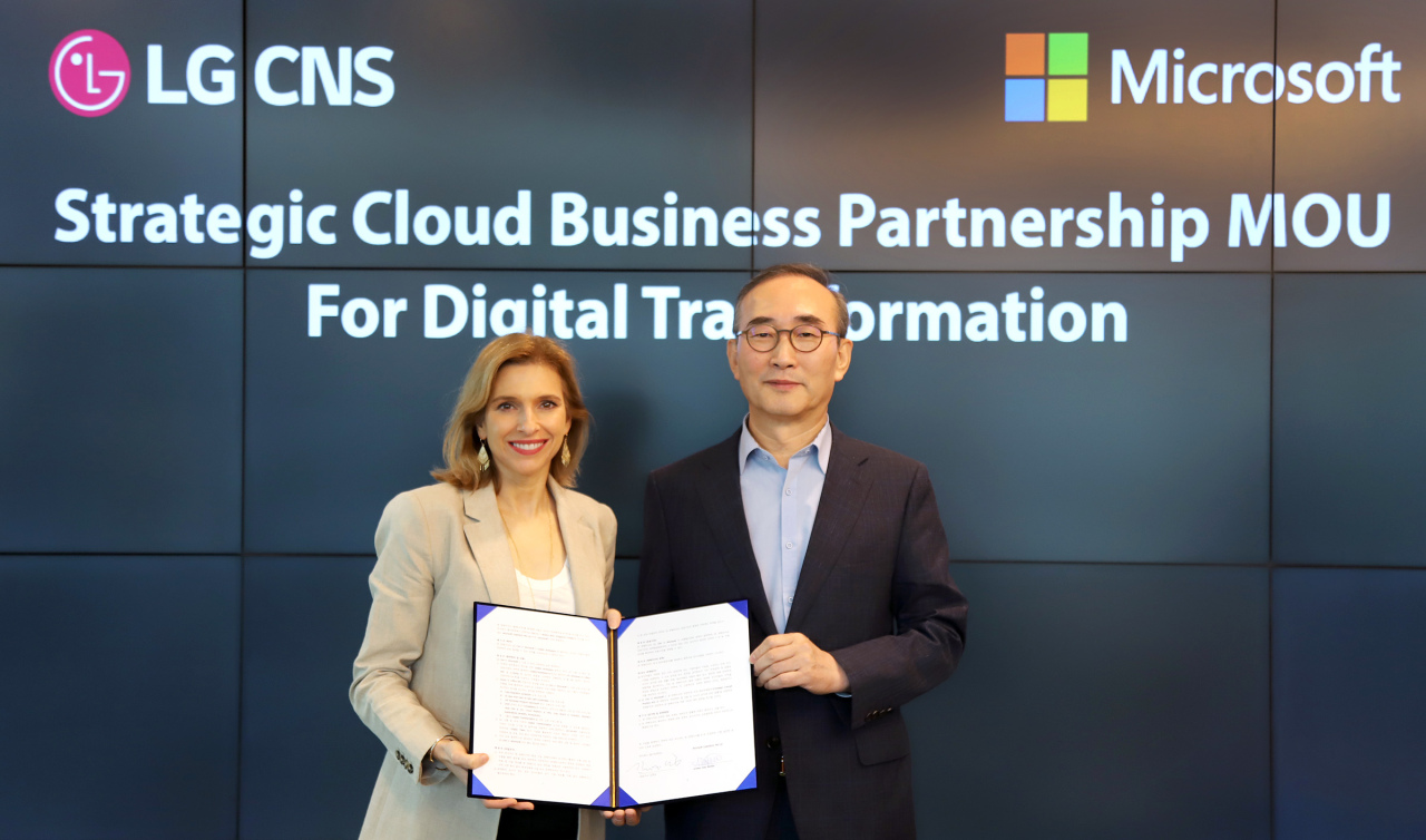 LG CNS chief Kim Young-shub(right) and Microsoft Asia Pacific office chief Andrea Della Mattea. LG CNS