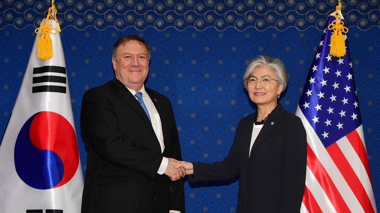 Foreign Minister Kang Kyung-wha (right) and US Secretary of State Mike Pompeo. (Yonhap)