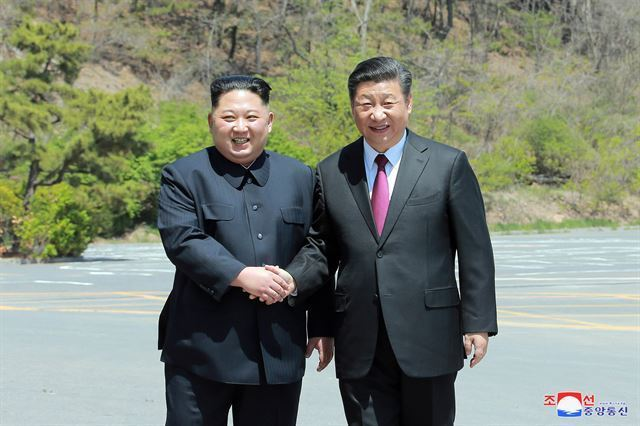 Xhinese President Xi Jinping (right) and North Korean leader Kim Jong-un. (Yonhap)