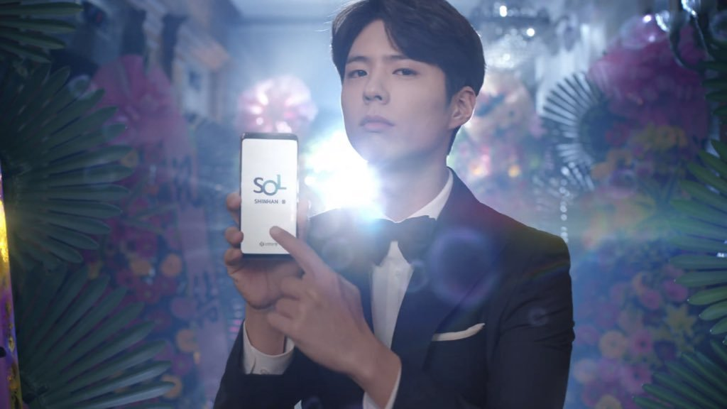 "Actor Park Bo-gum stars in a commercial for Shinhan Bank's mobile app ""SOL,"" as the firm's new brand ambassador. (Shinhan)"