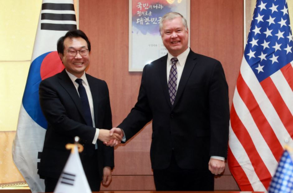 Special representative for Korean Peninsula peace and security affairs Lee Do-hoon (L), and US Special Representative for North Korea Stephen Biegun. (Yonhap)