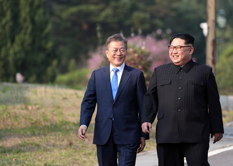 President Moon Jae-in (left) and North Korean leader Kim Jong-un. (Yonhap)