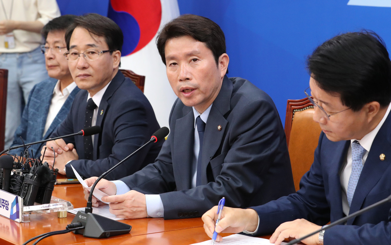 Rep. Lee In-young (second from right), floor leader of the ruling Democratic Party, speaks at a meeting with floor party members on Tuesday at the National Assembly. (Yonhap)
