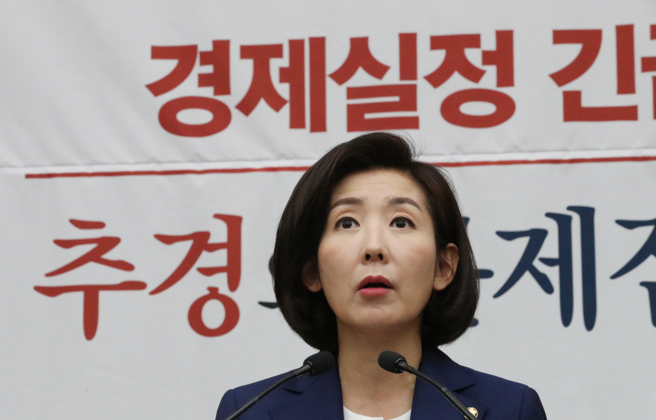 Na Kyung-won, floor leader of the main opposition Liberty Korea Party, speaks at a meeting with party members on Tuesday at the National Assembly. (Yonhap)