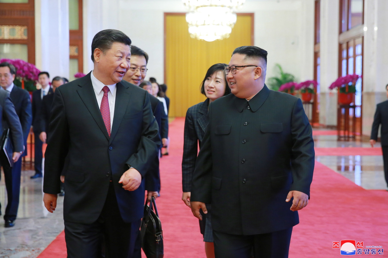 Chinese President Xi Jinping (left) and North Korean leader Kim Jong-un (Yonhap)