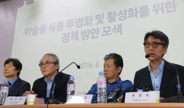 Art experts, including Chung Joon-mo (second from right) discuss ways to improve transparency in the Korean art market and art appraisal credibility at a seminar organized by the Ministry of Culture, Sports and Tourism in June, 2016. (Yonhap)