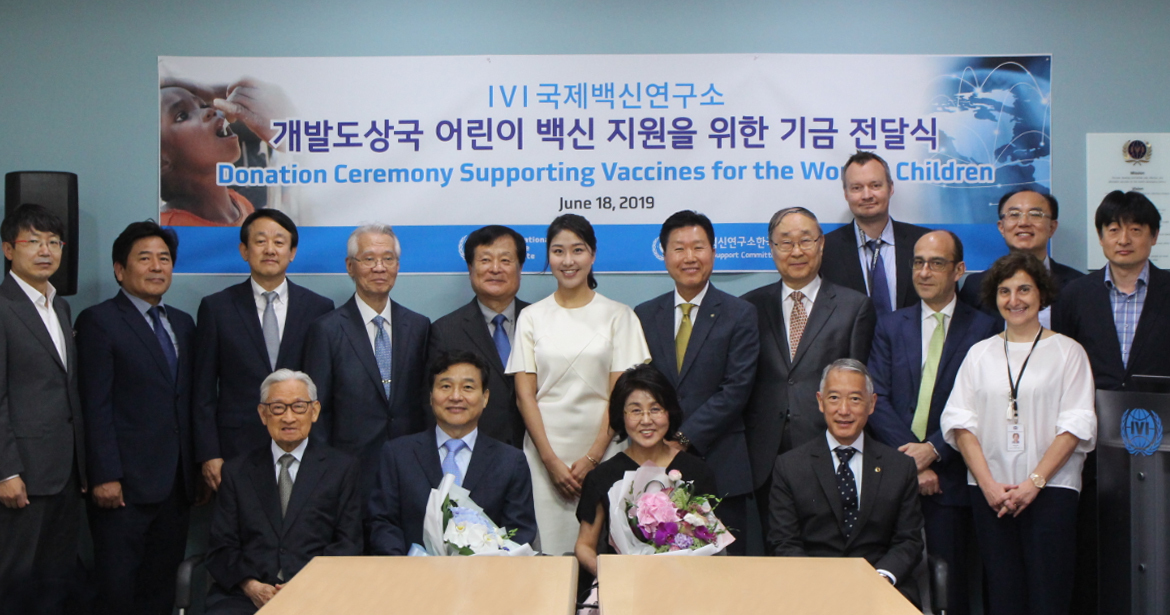 Professor Sung Young-chul (first row, second from left) of Pohang University of Science and Technology poses for a photo at a ceremony held to mark his contribution of 10 billion won ($8.5 million) to the International Vaccine Institute. (International Vaccine Institute)