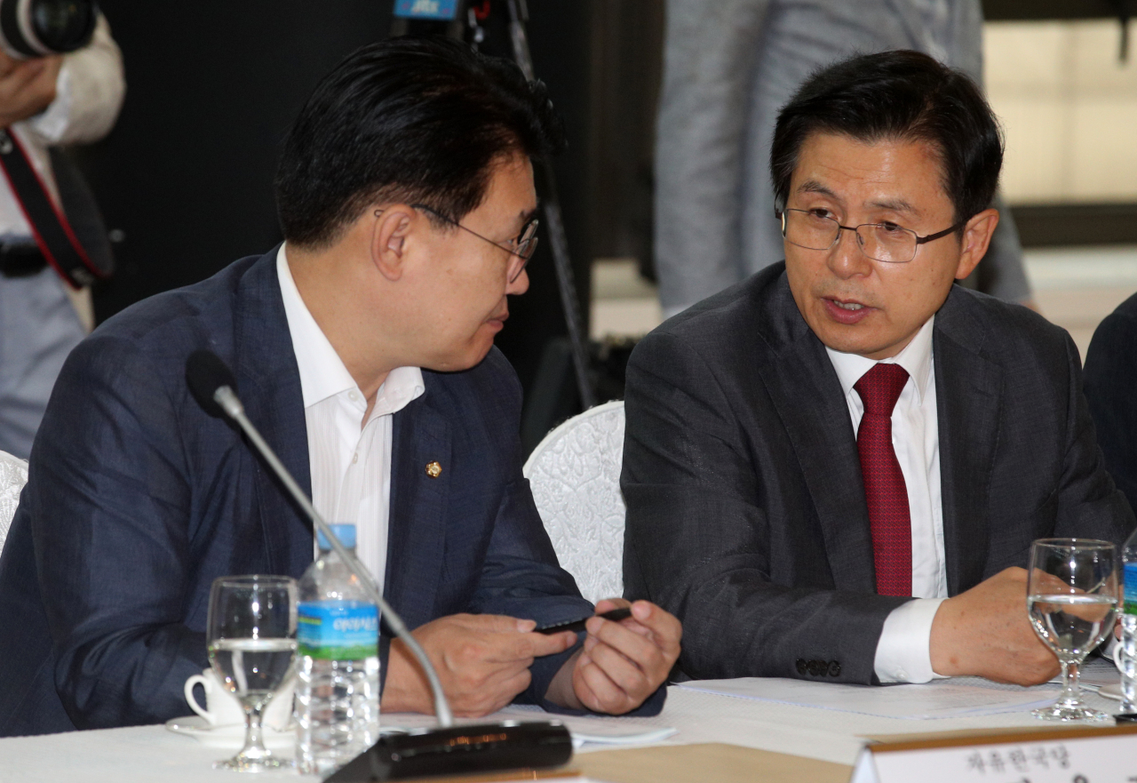 Main opposition Liberty Korea Party Chairman Hwang Kyo-ahn (right) attends a breakfast meeting with small and medium-sized business owners in Busan earlier in the week. (Yonhap)